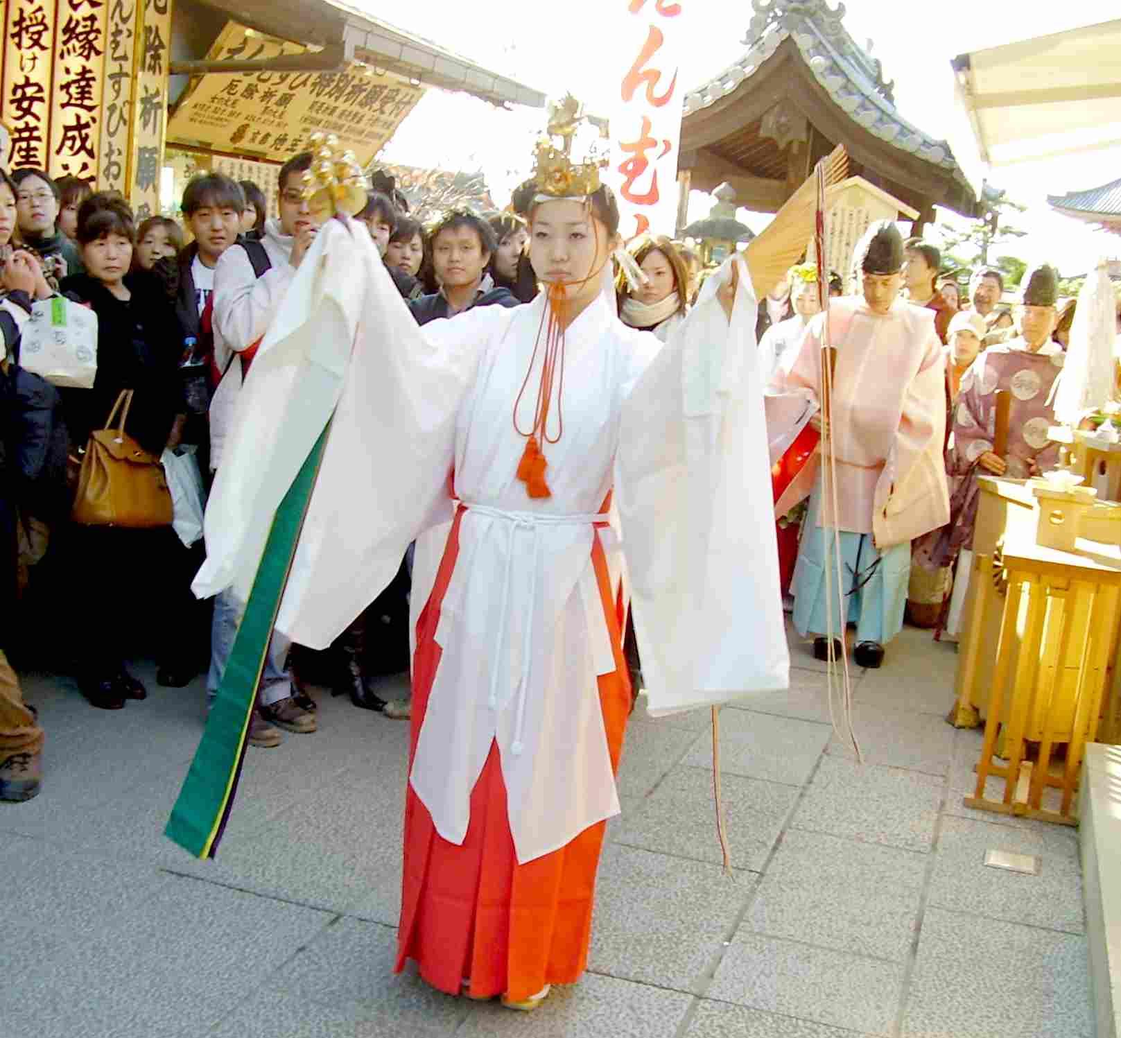 地主神社 もみじ祭り 神楽「扇の舞」
