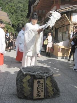 縁結び地主祭り「恋占いの石」お祓い
